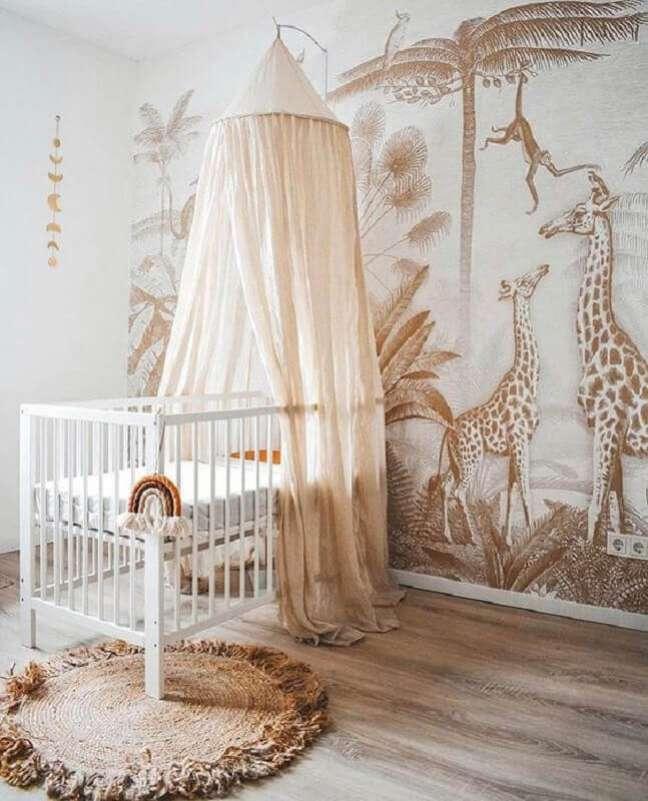 57. Quarto de bebê decorado em cores neutras com berço com dossel e papel de parede de animais – Foto: Kids Interiors