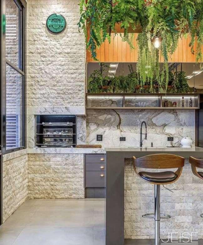 28. Churrasqueira pequena na parede de tijolinho branco – Foto Jeise Arquitetura