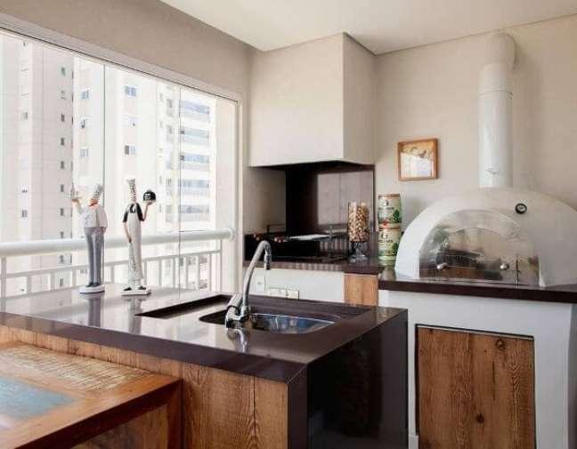 21. Churrasqueira pequena na área gourmet moderna com forno a lenha – Foto Sandra Sanches