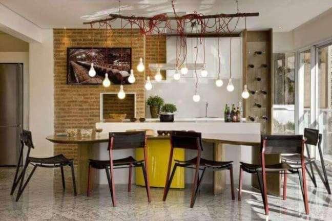62. Área gourmet moderna com churrasqueira gourmet na parede e pendente industrial – Foto Leo Romano