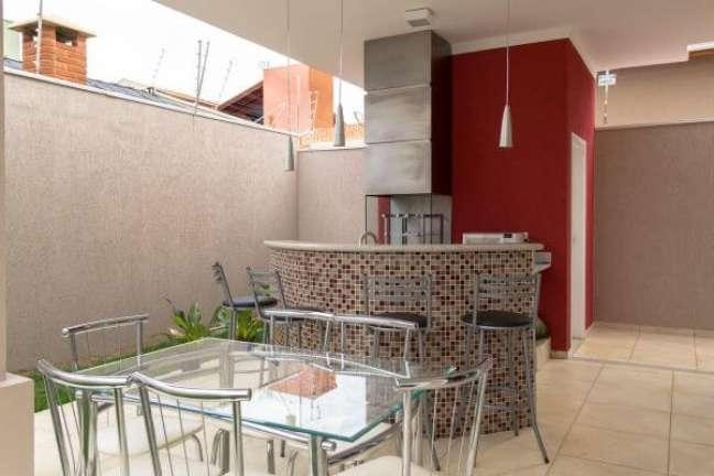 40. Projeto com churrasqueira pequena e balcão de granito arredondado – Foto SA Engenharia e Arquitetura