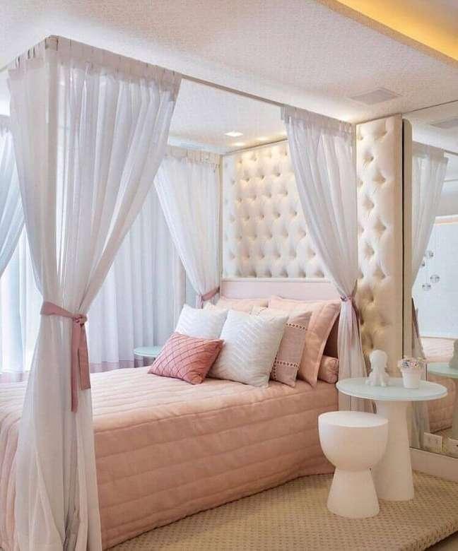 20. Cama com dossel e cabeceira capitonê para decoração de quarto feminino – Foto: Nursery Decor e Design