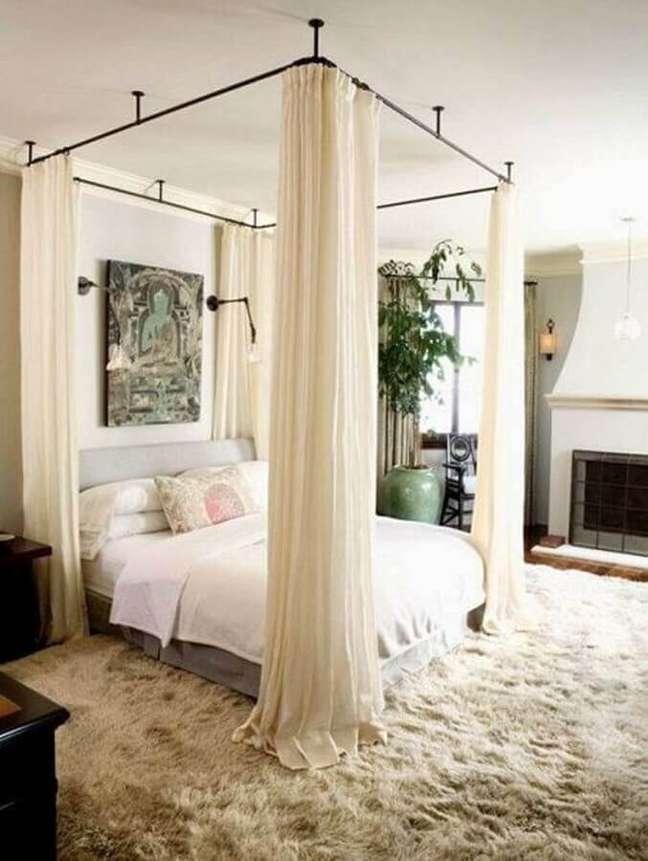 1. Dossel de teto para quarto de casal decorado em cores claras com tapete felpudo – Foto: Archidea