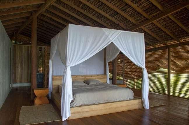 22. Cama com dossel e mosquiteiro para decoração de quarto de madeira – Foto: Meireles + Pavan Arquitetura
