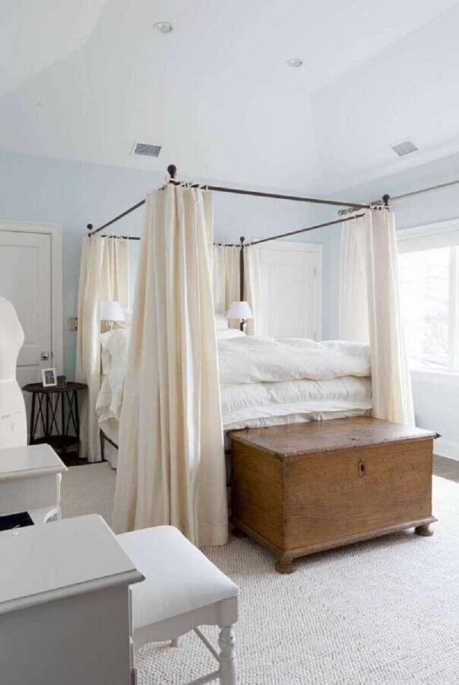 35. Decoração clean para quarto de casal com baú de madeira e mosquiteiro para dossel – Foto: Apartment Therapy