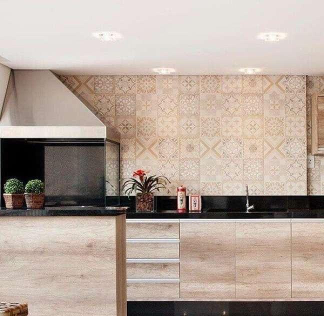 56. Churrasqueira gourmet de vidro com coifa em inox e armários planejados – Fonte Ahph Arquitetura