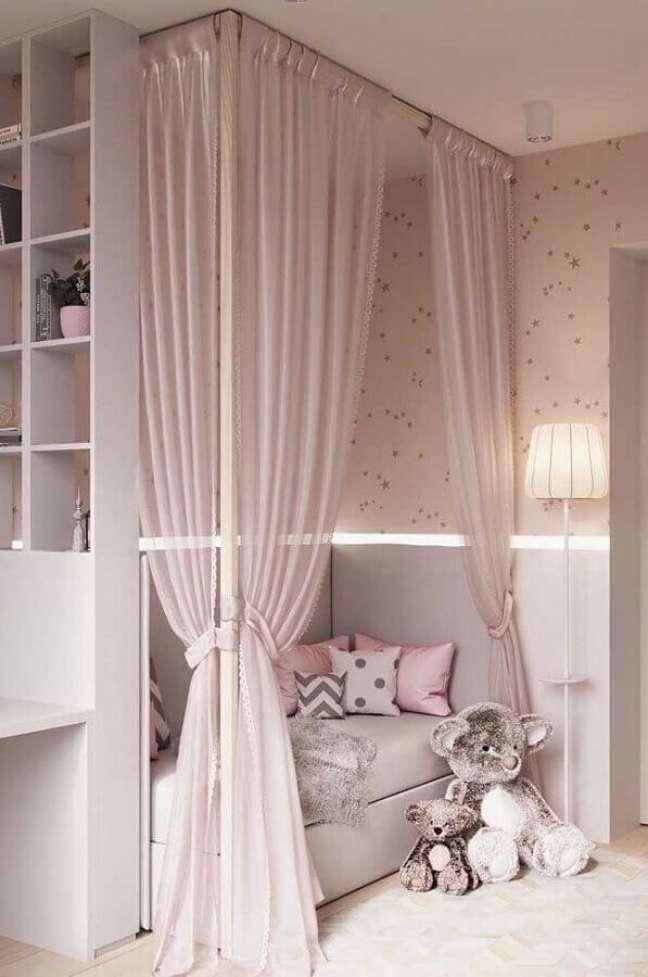 41. Dossel com mosquiteiro para decoração de quarto de menina rosa e cinza – Foto: Decor Fácil