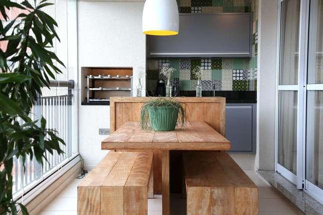 8. Área gourmet com churrasqueira pequena e moveis de madeira rustica para decorar o espaço – Foto Meyer Cortez Arquitetura e Design