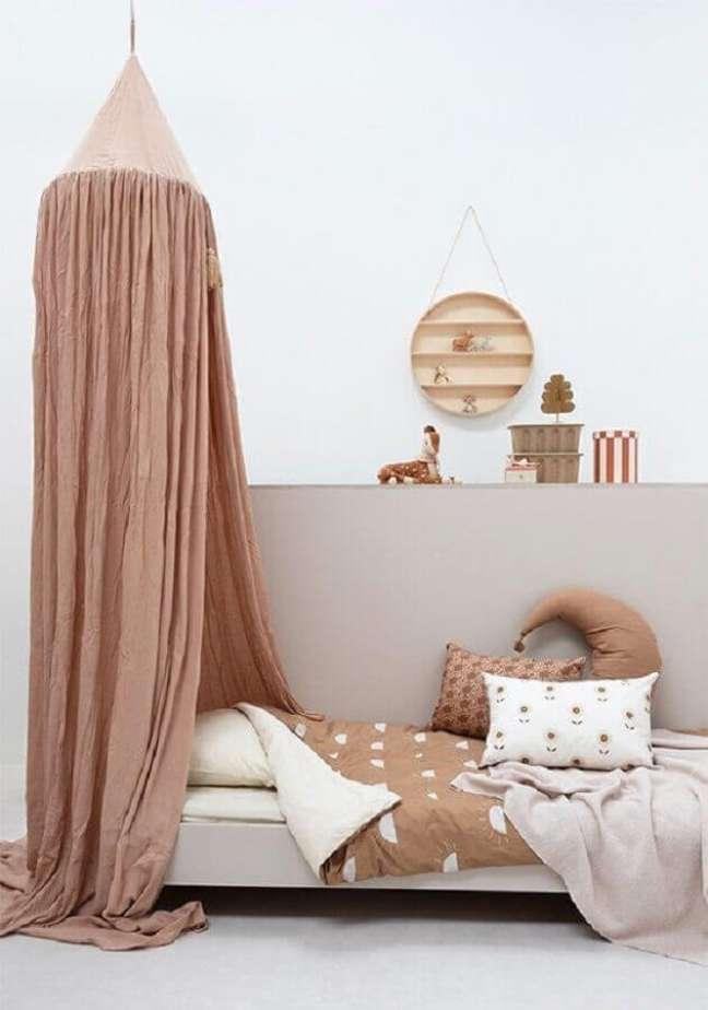 34. Cama infantil com dossel para decoração de quarto simples em cores neutras – Foto: Bibelotte