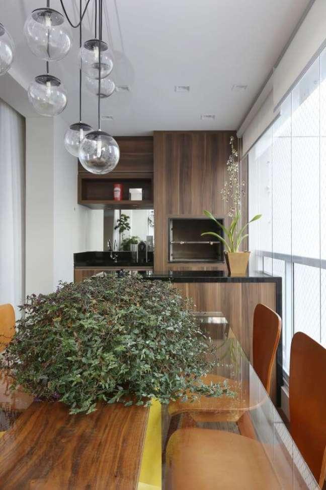 64. Área gourmet pequena com churrasqueira embutida e revestimento de madeira – Foto By ArqeDesign