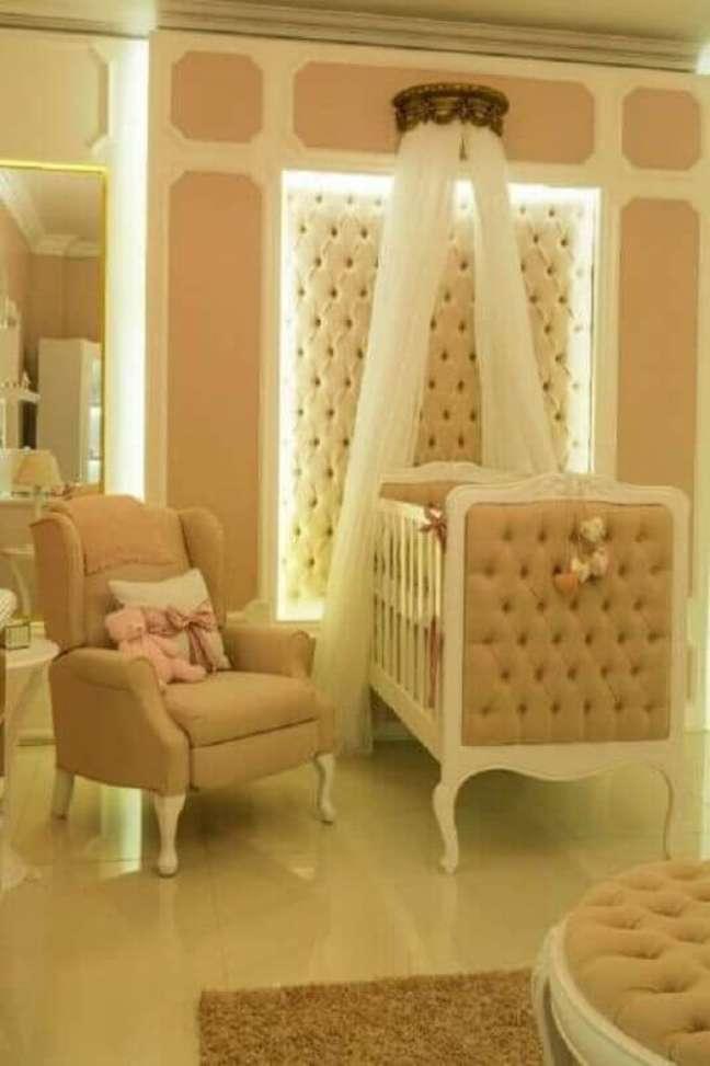 44. Dossel coroa para quarto de bebe decorado com berço capitonê – Foto: Circu