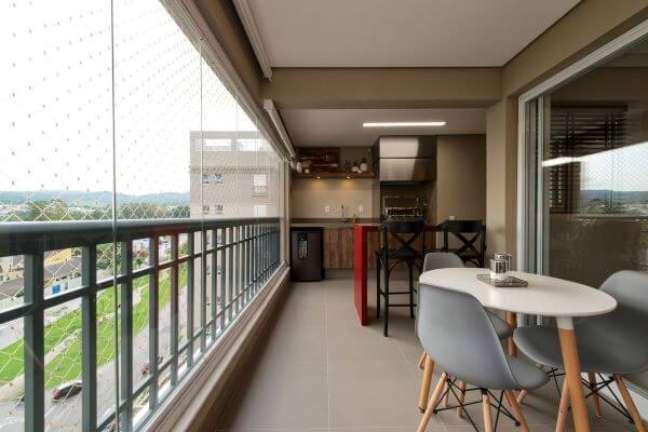 48. Varanda de vidro com área de churrasqueira pequena e moveis confortáveis – Foto 2MArquitetura e Interiores