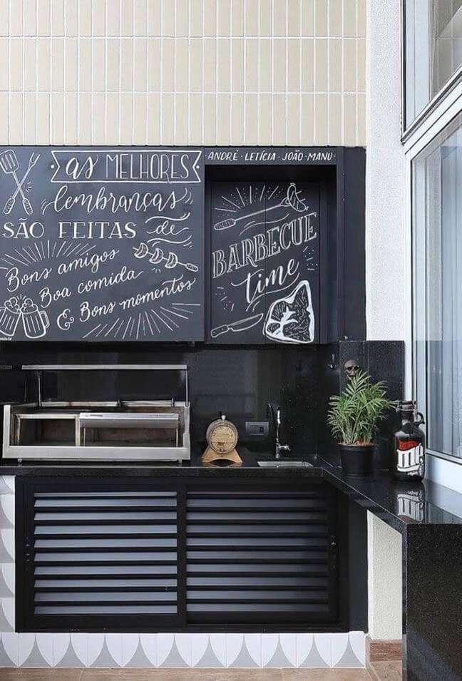 18. Churrasqueira pequena e portátil na área de lazer com gabinete de inox preto e cerâmica clara – Foto Estúdio AE Arquitetura