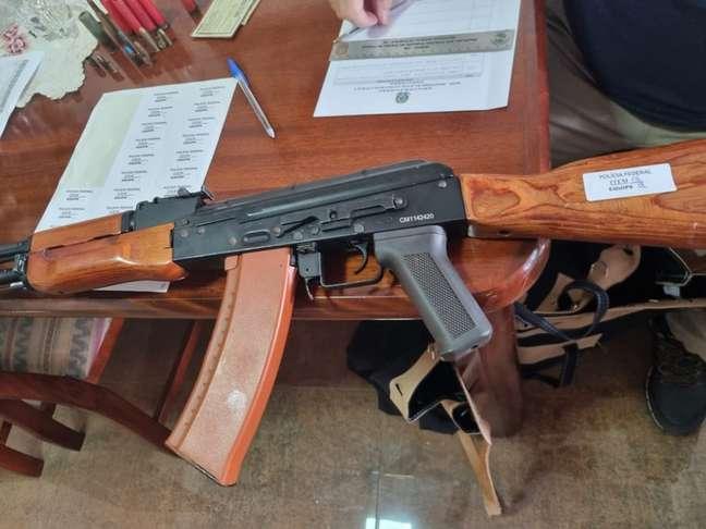 Durante cumprimento de mandado de busca e apreensão na casa do suspeito foram apreendidos uma espingarda calibre 32 e muitos simulacros de arma