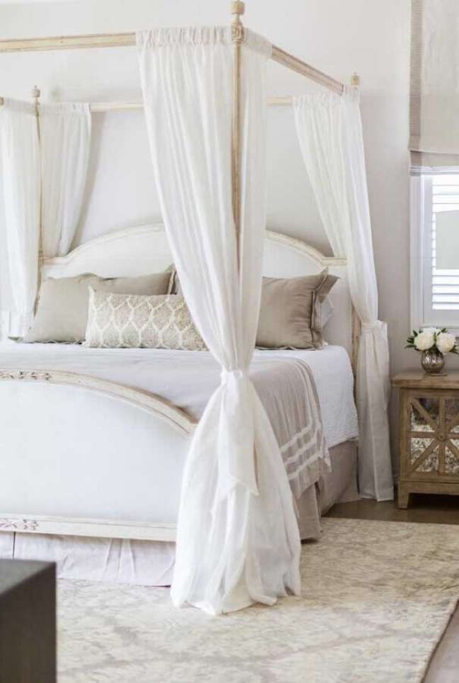21. Cama com dossel e mosquiteiro para decoração de quarto de casal em cores claras – Foto: Apartment Therapy