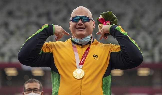 Alessandro Rodrigo exibe a medalha de ouro conquistada na Paralimpíada no Japão Ale Cabral CPB