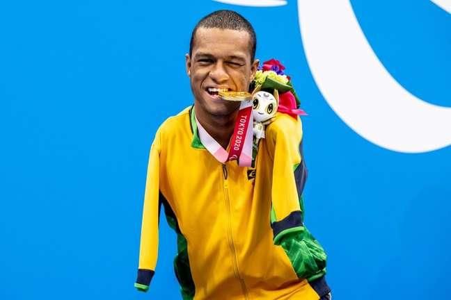 Gabriel Araújo festeja ouro nos 50m costas na Paralimpíada Miriam Jeske CPB