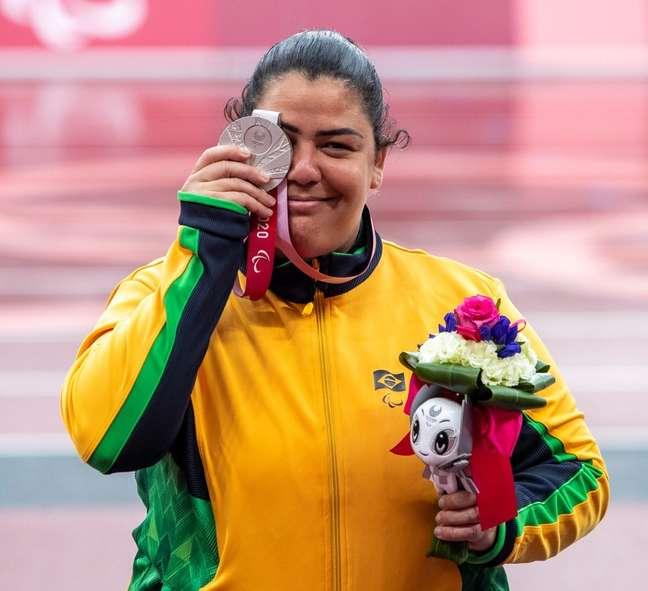 Marivana Oliveira exibe a medalha de prata conqusitada na Paralimpíada de Tóquio Ale Cabral CPB