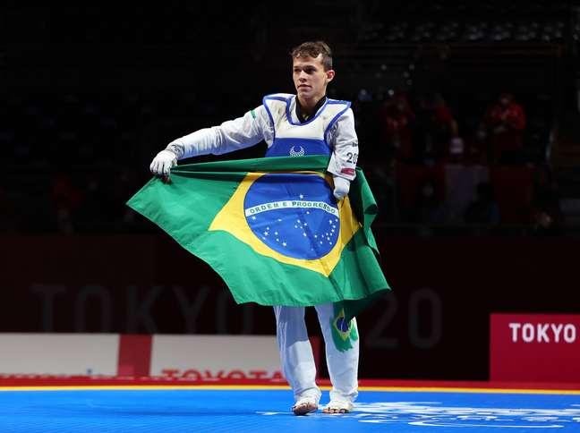 Nathan Torquato celebra ouro com a bandeira do Brasil nesta quinta-feira em Tóquio Thomas Peter Reuters