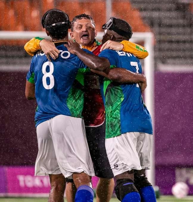 Seleção Brasileira de futebol de 5 comemora vaga na final da Paralimpíada Alê Cabral CPB