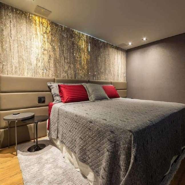 34. Decoração de quarto de casal cinza com cabeceira de cama box estofada – Foto: Arqueiroz