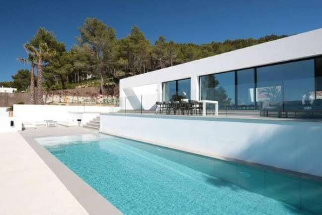 8. Fachada de vidro para casa com piscina – Foto Consentino
