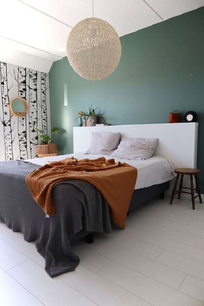62. Quarto simples decorado com lustre rustico e cabeceira de cama box branca – Foto: Enter My Attic