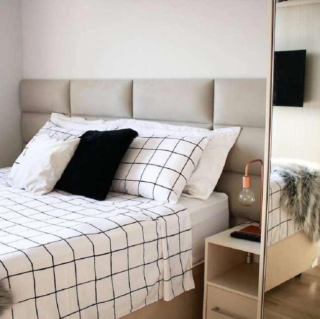 26. Decoração clean para quarto com cabeceira de cama box planejada estofada – Foto: Apartamento 164