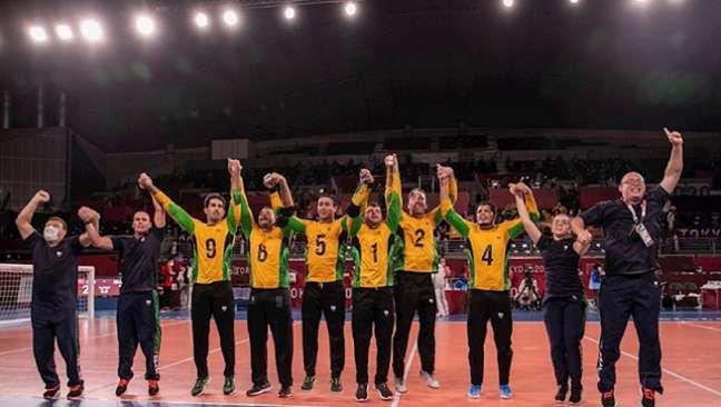 Jogadores do Brasil comemoram a inédita medalha de ouro no goalball (Foto: Alê Cabral)