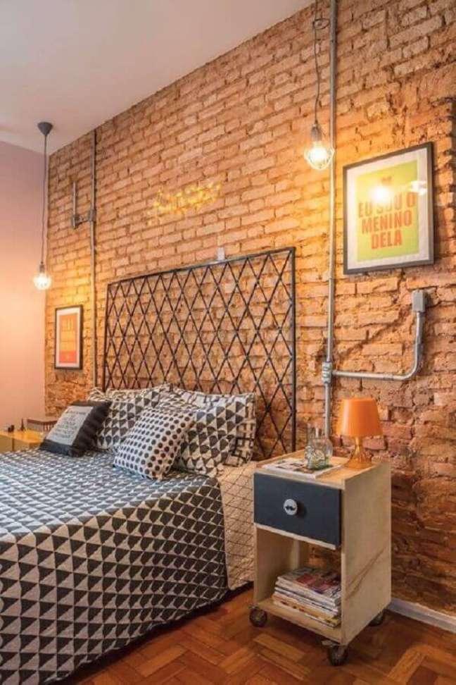 58. Quarto estilo industrial decorado parede de tijolinho e cabeceira de cama box de ferro – Foto: Perfeita Ordem