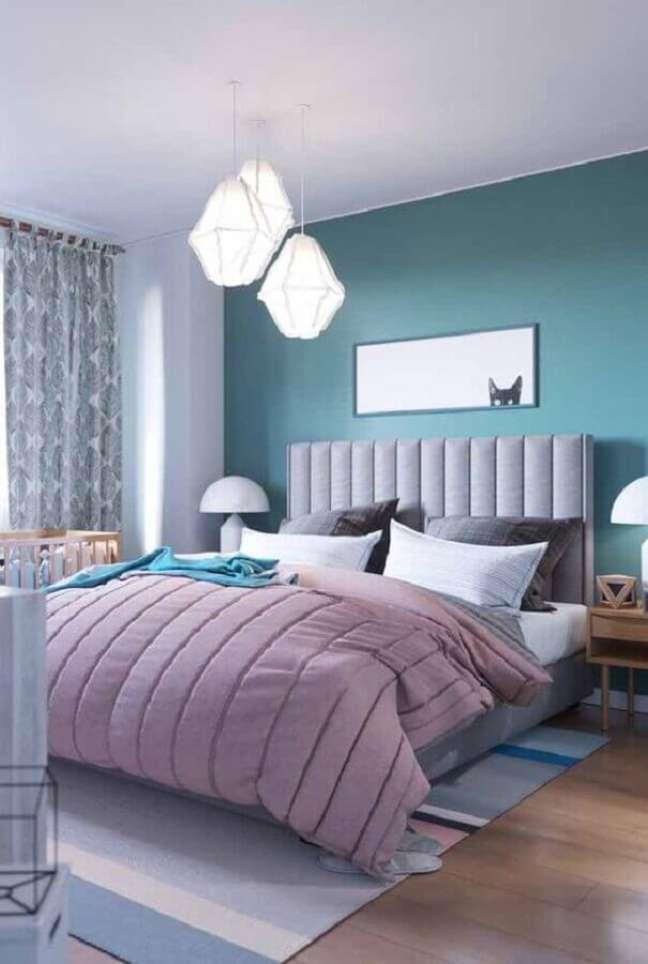 33. Decoração de quarto de casal azul e branco com cabeceira para cama box estofada – Foto: Decor Fácil