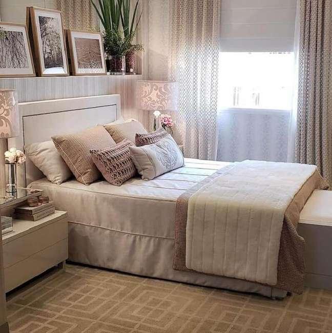 57. Quarto decorado em cores neutras com cabeceira para cama box estofada – Foto: Cris Lima Interiores