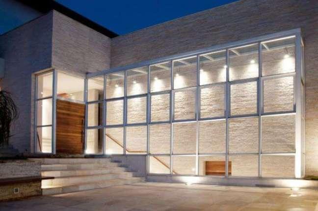 10. Fachada de vidro transparente com porta de madeira – Foto Crisa Santos Arquitetos