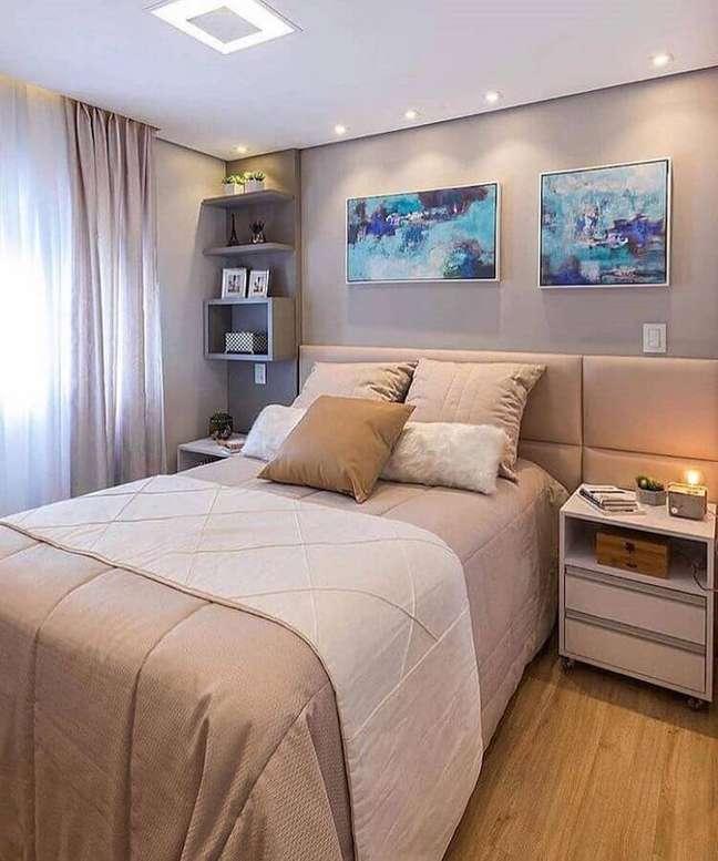 47. Quadros para quarto cinza decorado com cabeceira de cama box estofada – Foto: ArqDescolada
