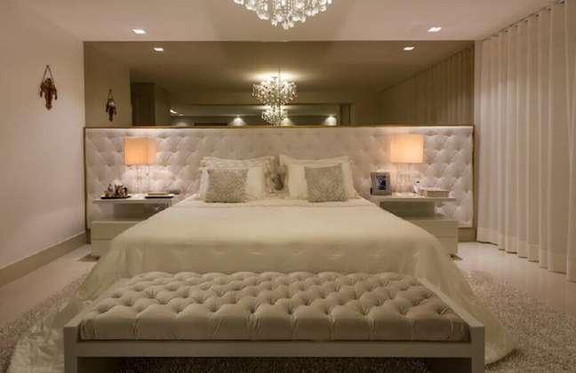 44. Ideias de cabeceira de camas box capitonê para decoração de quarto de casal grande e sofisticado – Foto: Sandra Moura