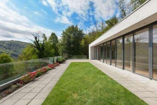 16. Casa com fachada de vidro e muro de vidro – Foto iStock