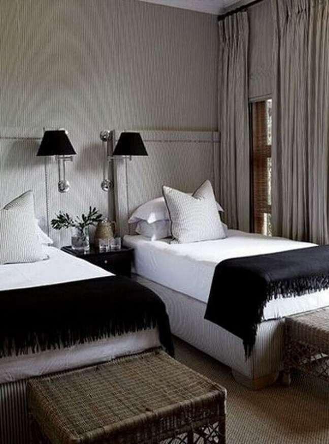 19. Cabeceira de cama box solteiro para quarto compartilhado decorado com abajur de parede – Foto: Casa Très Chic