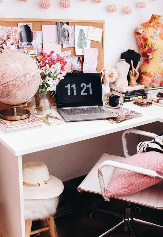 6. Decoração de home office rosa com vaso de flores e globo – Foto: Unsplash