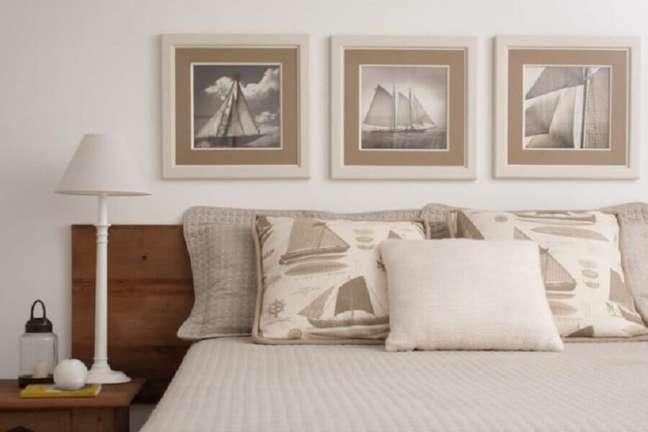 28. Decoração de quarto branco com cabeceira de camas box casal de madeira – Foto: Marilia Veiga