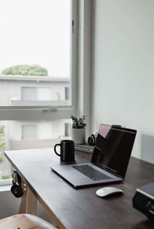 2. Decoração clean para home office próximo a janela – Foto: Unsplash