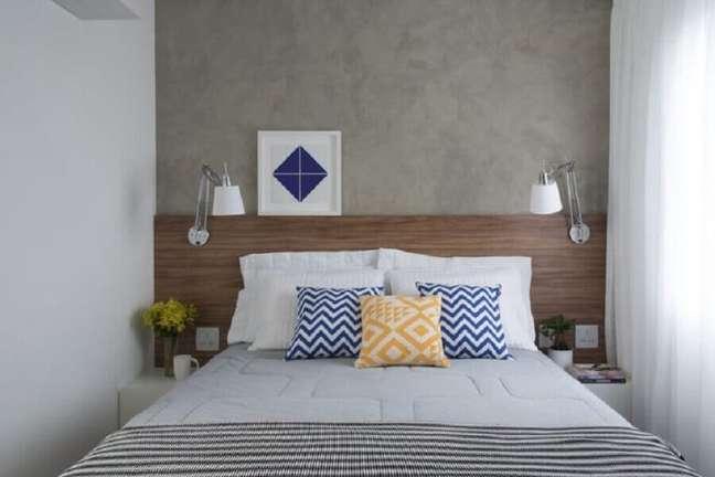 61. Quarto pequeno decorado com parede de cimento queimado e cabeceira de camas box casal de madeira – Foto: SP Estúdio