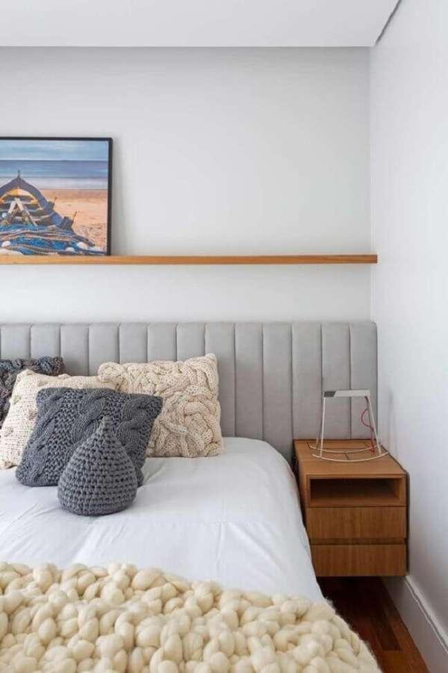 1. Cabeceira de cama box cinza estofada para quarto branco decorado com criado mudo de madeira – Foto: Rua 141 Arquitetura