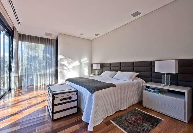 59. Quarto grande cinza e branco decorado com cabeceira para cama box estofada – Foto: Leonardo Muller