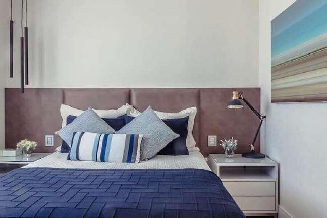 37. Decoração de quarto de casal com luminária moderna e cabeceira de cama box estofada – Foto: Wanisson Fotografo
