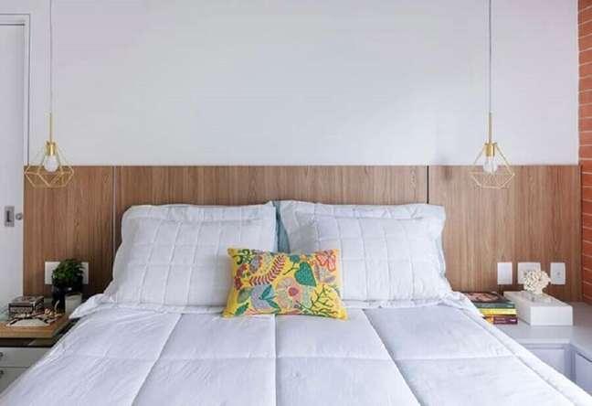36. Decoração de quarto de casal com luminária aramada e cabeceira de cama box de madeira – Foto: Home Fashion Trend