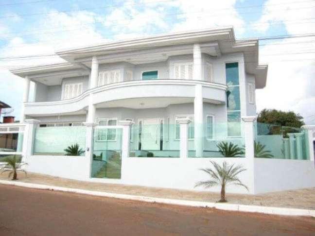 19. Casa com fachada e muro de vidro moderno – Foto Inova Vidros