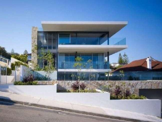 5. Fachada de vidro moderna com espaço para plantas na entrada -Foto Toobe8
