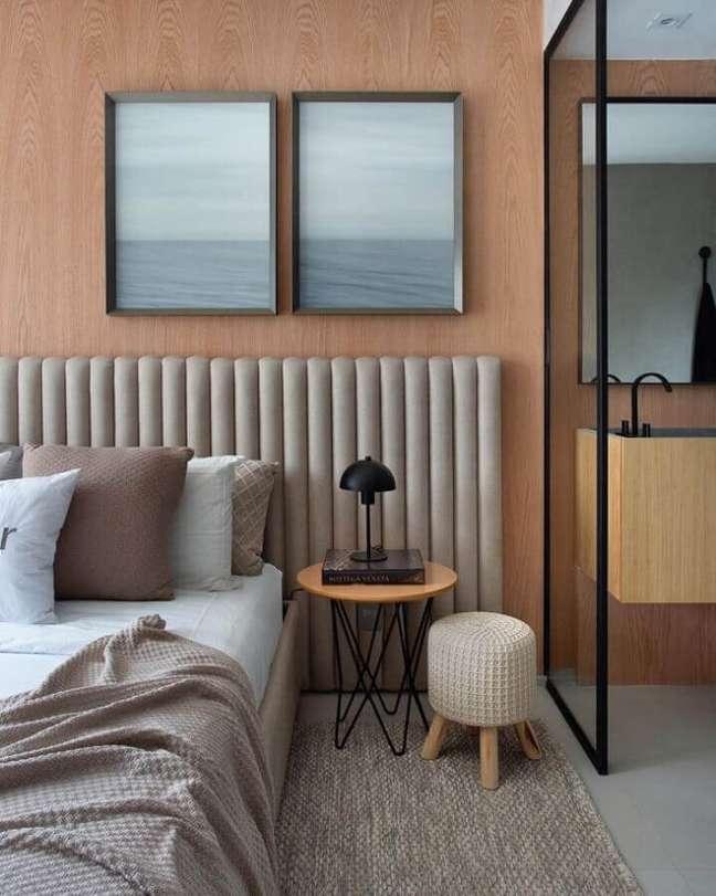 60. Quarto moderno decorado com parede de madeira e cabeceira de cama box estofada cinza – Foto: Carlos Carvalho