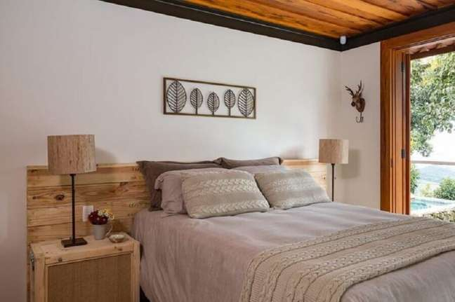 35. Decoração de quarto de casal com cabeceira de cama box de madeira rústica – Foto: R. A. P. Arquitetura e Interiores