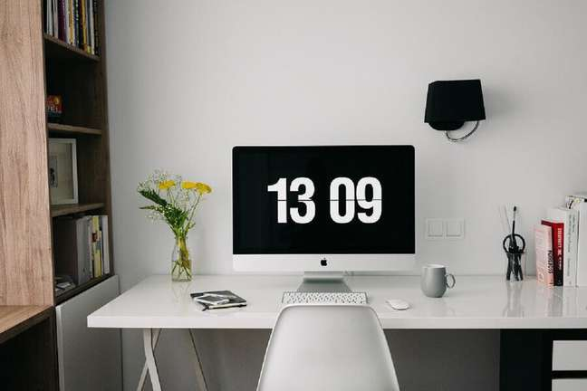 3. Home office decorado com escrivaninha branca e estante de madeira – Foto: Pixabay